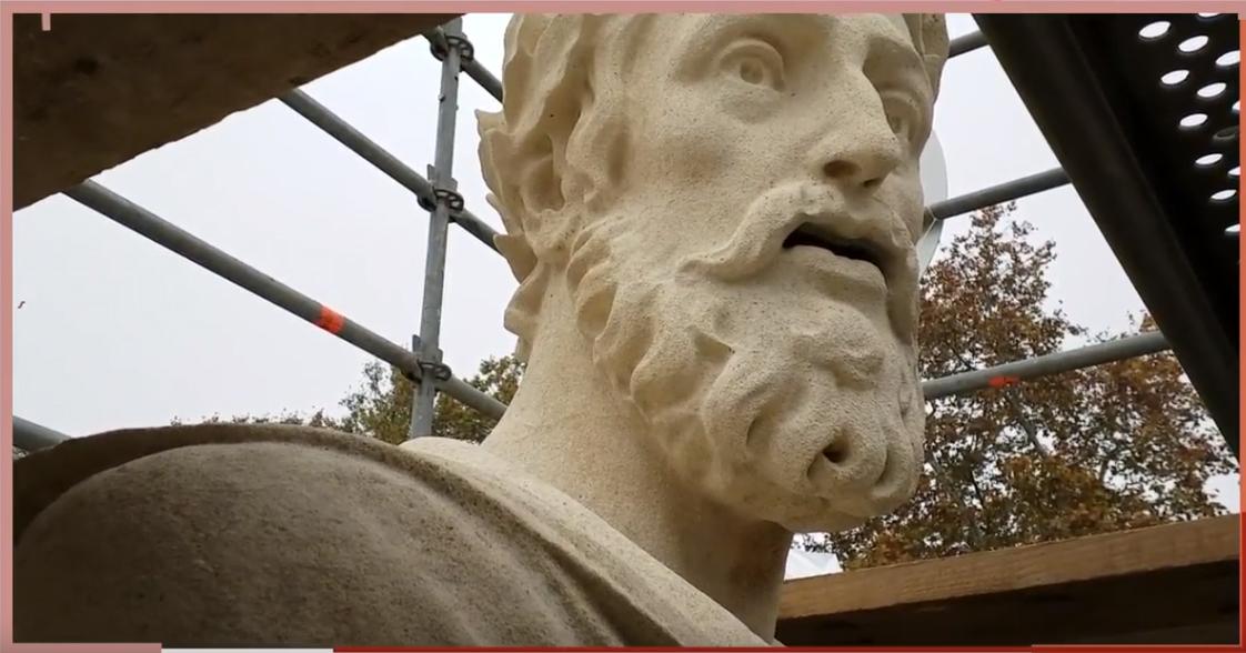 Video interviste. <br>La statua di Ariosto scende in piazza Ariostea a Ferrara <br>per l'ultima fase di restauro